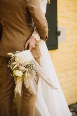 Nadja Morales fotografiert Details von Braut und Bräutigam.