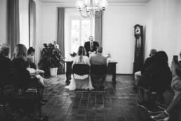 Nadja Morales fotografiert standesamtliche Trauzeremonie in Düsseldorf.