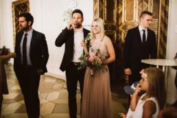 Nadja Morales fotografiert ein Brautpaar beim Anstoßen mit Sektgläsern.