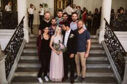 Nadja Morales fotografiert ein Brautpaar aus Ingolstadt mit Freunden und Familiel.