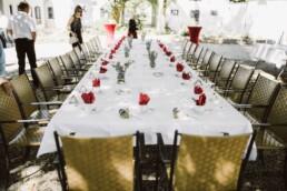 Nadja Morales hält die Tischdekoration einer standesamtlichen Hochzeit fest.