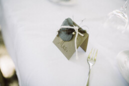 Nadja Morales fotografiert die Tischdetails einer standesamtlichen Hochzeit in Ingolstadt.