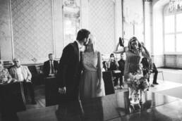 Brautpaar in Ingolstadt küsst sich und wird dabei fotografiert von Nadja Morales.