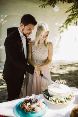 Nadja Morales fotografiert ein Brautpaar aus Ingolstadt beim Anschnitt ihrer Hochzeitstorte.