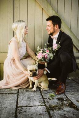 Im Rahmen einer Hochzeitsreportage bei Ingolstadt fotografiert Nadja Morales das Brautpaar mit ihrem Hund.