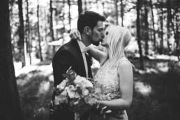 Nadja Morales fotografiert ein Brautpaar in der Natur bei Ingolstadt.