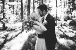 Der Kuss eines Brautpaars aus Ingolstadt wird von Nadja Morales festgehalten.