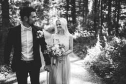 Nadja Morales fotografier ein Brautpaar in Ingolstadt in der Natur.