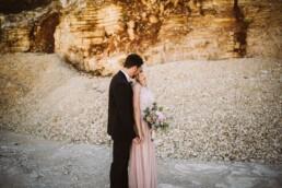 Ein Brautpaar shootet mit Nadja Morales einzigartige Momente in einem Steinbruch bei Ingolstadt.