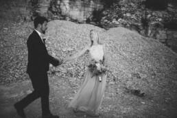 Verliebtes Brautpaar lacht sich bei Shooting mit Nadja Morales an.