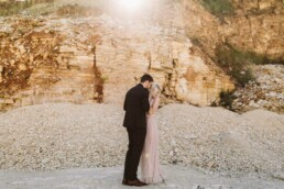 Nadja Morales fotografiert ein verliebtes Brautpaar in einem Steinbruch bei Ingolstadt.