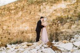 Nadja Morales hält beim Hochzeitsshooting in einem Steinbruch bei Ingolstadt die besonderen Momente des Brautpaares fest.