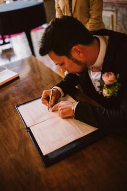 Nadja Morales hält ferst, wie der Bräutigam die Ehepapiere unterschreibt.