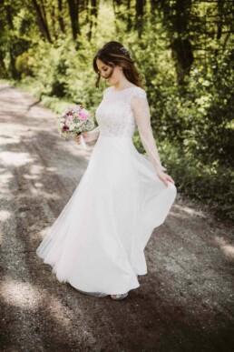 Nadja Morales fotografiert die Braut beim Fotoshooting einer Hochzeit in München.