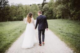 Brautpaar aus München blickt bei Fotoshooting mit Nadja Morales gemeinsam in die gleiche Richtung.