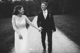 Nadja Morales hält innige Momente zwischen Braut und Bräutigam aus München in einer schwarz-weiß Aufnahme fest.