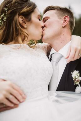 Brautpaar aus München küsst sich beim Fotoshooting mit Nadja Morales.