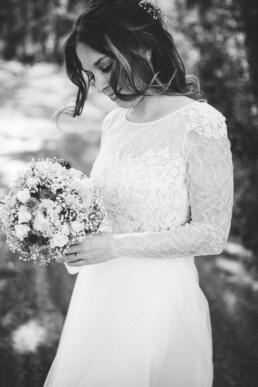 Nadja Morales hält Brautdetails in einer schwarz-weiß Aufnahme fest.