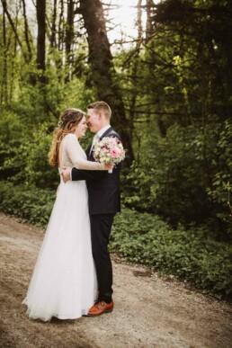 Fotografin Nadja Morales fotografiert ein verliebtes Brautpaar an ihrem schönsten Tag in München.