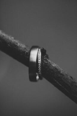 Nadja Morales fotografiert eine schwarz-weiße Detailaufnahme zweier Eheringe.