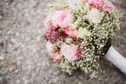 Nadja Morales fotografiert den rosa-pinken Brautstrauß einer Braut aus München.