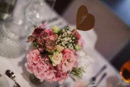 Nadja Morales fotografiert die Tischdeko im Rahmen einer Hochzeitsreportage in München.
