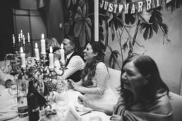 Fotografin Nadja Morales hält echte Momente einer Hochzeit in München fest.