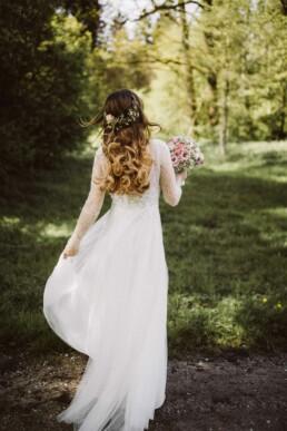 Nadja Morales hält die Brautoutfitdetails einer Braut aus München für die Ewigkeit fest.