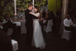 Nadja Morales fotografiert Braut und Bräutigam beim Hochzeitstanz in München.