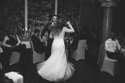 Nadja Morales begleitet Braut und Bräutigam im Rahmen einer Hochzeitsreportage beim Tanzen.