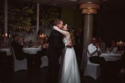 Braut und Bräutigam küssen sich auf ihrer Hochzeit, die von Fotografin Nadja Morales begleitet wird.