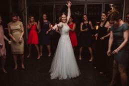 Nadja Morales fotografiert die Braut mit ihren Freundinnen auf der Tanzfläche.