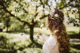 Nadja Morales fotografiert die Brautfrisur einer Braut aus München.