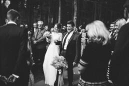 Fotografin Nadja Morales hält fotografisch fest, wie der Vater die Braut zum Altar begleitet.