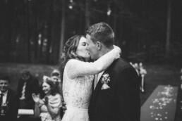 Nadja Morales fotografiert ein frisch vermähltes Brautpaar aus München, das sich küsst.